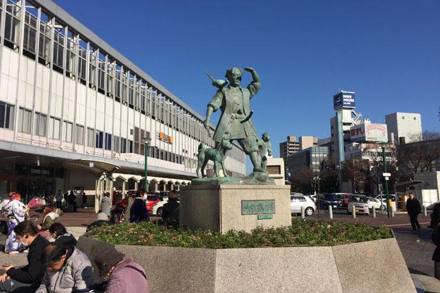 岡山駅を降りた瞬間から桃太郎の像が。