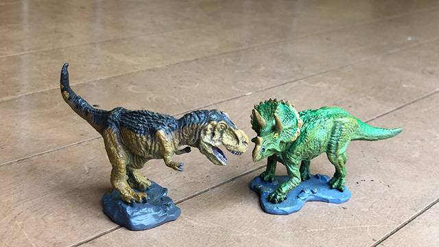 恐竜好きの家にはかならずあるペアだと思います。