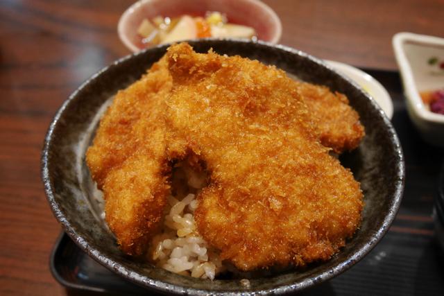 卵でとじない「タレかつ丼」を新潟で食べる