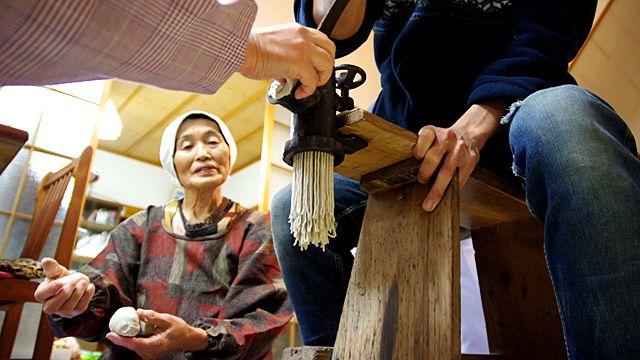 幻の手動押し出し製麺機で作る十割そばが佐渡にあった!