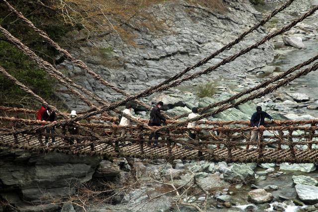 四国の秘境のかずら橋とモノレール
