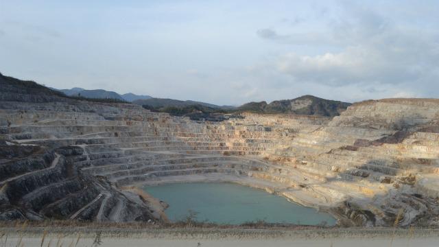 日本一長い私道で石灰石鉱山を目指して3億年さかのぼる